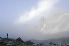 Alpinista in nebbia (montagne di Transbaikal) fotografia stock