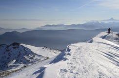 Alpinista nell'alto fondo scenico del paese Fotografia Stock Libera da Diritti