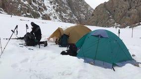 Alpinista no acampamento da barraca do inverno vídeos de arquivo