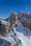 Alpinista no pico de Zugspitze, Alemanha Fotos de Stock