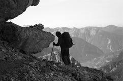 Alpinista nos alpes julianos fotos de stock