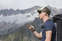 Alpinista orientato con GPS nelle montagne Immagini Stock Libere da Diritti