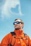 Alpinista patrzeje szczyt fotografia royalty free