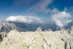 Alpinista POV alla spedizione che scala alla sommità della montagna rocciosa Immagini Stock