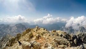 Alpinista POV alla spedizione che scala alla sommità Triglav della montagna rocciosa Immagini Stock