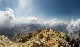 Alpinista POV alla spedizione che scala alla sommità Triglav della montagna rocciosa su Julian Alps Fotografia Stock