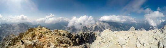 Alpinista POV alla spedizione che scala alla sommità Triglav della montagna rocciosa su Julian Alps Fotografie Stock