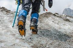 Alpinista que escala na geleira imagem de stock royalty free