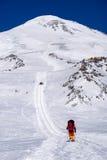 Alpinista rampicante in montagne di Caucaso Immagine Stock Libera da Diritti