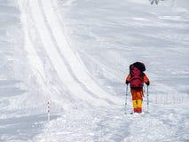 Alpinista rampicante in montagne di Caucaso Immagini Stock Libere da Diritti