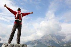 Alpinista sopra una montagna Immagini Stock