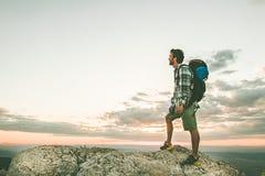Alpinista sopra una montagna con uno zaino foto Fotografia Stock Libera da Diritti