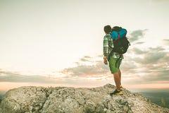 Alpinista sopra una montagna con uno zaino foto Immagini Stock Libere da Diritti