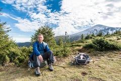 Alpinista stanco sotto la montagna Fotografia Stock Libera da Diritti