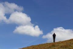 Alpinista su cielo blu Immagini Stock Libere da Diritti
