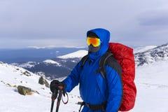 Alpinista su un fondo di un paesaggio della montagna di inverno Immagine Stock Libera da Diritti