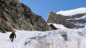 Alpinista su un fronte del nord ripido nelle montagne di Bernina in Svizzera Fotografie Stock