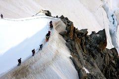 Alpinista su una cresta in alpi francesi Immagini Stock
