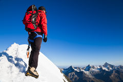 Alpinista su una cresta nevosa Fotografie Stock Libere da Diritti