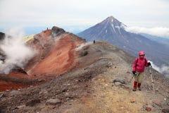 Alpinista sulla cima del vulcano di Avachinskiy Fotografia Stock Libera da Diritti