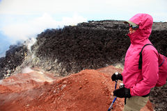 Alpinista sulla cima del vulcano di Avachinskiy Fotografie Stock