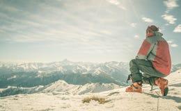Alpinista sulla cima della montagna Fotografia Stock Libera da Diritti