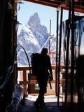 Alpinista in una capanna alpina Immagini Stock Libere da Diritti