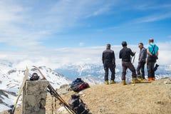 Alpinistas en el top en la mucha altitud en las montañas imagenes de archivo