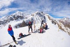 Alpinistas en el top en la mucha altitud en las montañas fotos de archivo