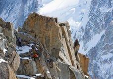 Alpinistas que suben en las montañas suizas Foto de archivo libre de regalías