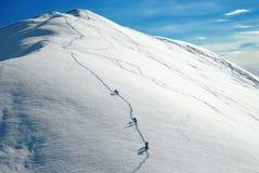 Alpinistas que suben una montaña Imágenes de archivo libres de regalías