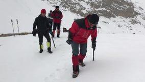 Alpinistas que treinam no gelo