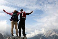 Alpinistas sobre uma montanha Imagens de Stock