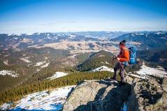 Alpiniste avec un sac à dos Image stock