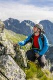 Alpiniste dans les montagnes Photographie stock