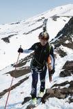 Alpiniste de ski de sportive s'élevant sur la montagne Image stock