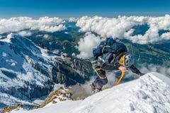 Alpiniste extrême dans la haute altitude sur le sommet de montagne d'Aiguille de Bionnassay, massif de Mont Blanc, Alpes, France images libres de droits