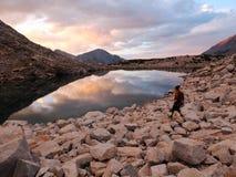Alpiniste féminin dans Sierra Nevada au coucher du soleil photographie stock libre de droits