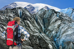 Alpiniste faisant face au sien enjeu Photos libres de droits