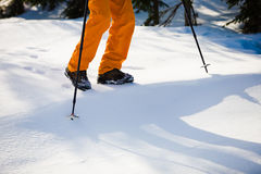 Alpiniste marchant sur la neige photographie stock
