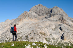 Alpiniste regardant sur des montagnes Photos libres de droits