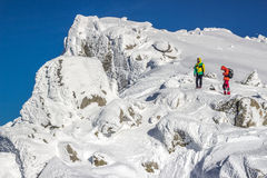 Alpinisten nah an der Spitze lizenzfreies stockfoto