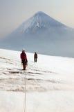 Alpinister på överkanten av överkanten av Ploskaya Sopka Arkivfoto