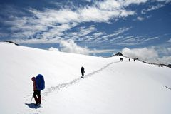 Alpinistes à s'élever en montagnes de Caucase Photographie stock