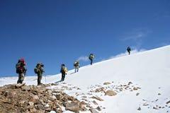 Alpinistes à s'élever en montagnes de Caucase images libres de droits
