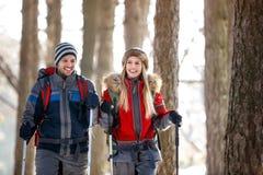 Alpinistes dans des alpinistes de natureYoung en nature Images libres de droits