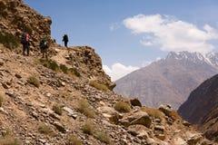 alpinistes de groupe de sacs à dos Photos libres de droits