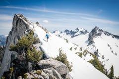 Alpinistes sur une crête neigeuse Photographie stock libre de droits