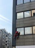 Alpinistfensterputzer der großen Höhe Lizenzfreie Stockfotos