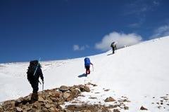 Alpinisti alla scalata in montagne di Caucaso Immagine Stock Libera da Diritti